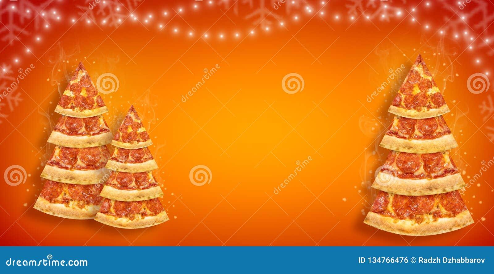 Weihnachtsförderungsflieger mit Pizzascheibe in Form des Weihnachtsbaums mit Kopienraum Kreative Plakatpizza des neuen Jahres des