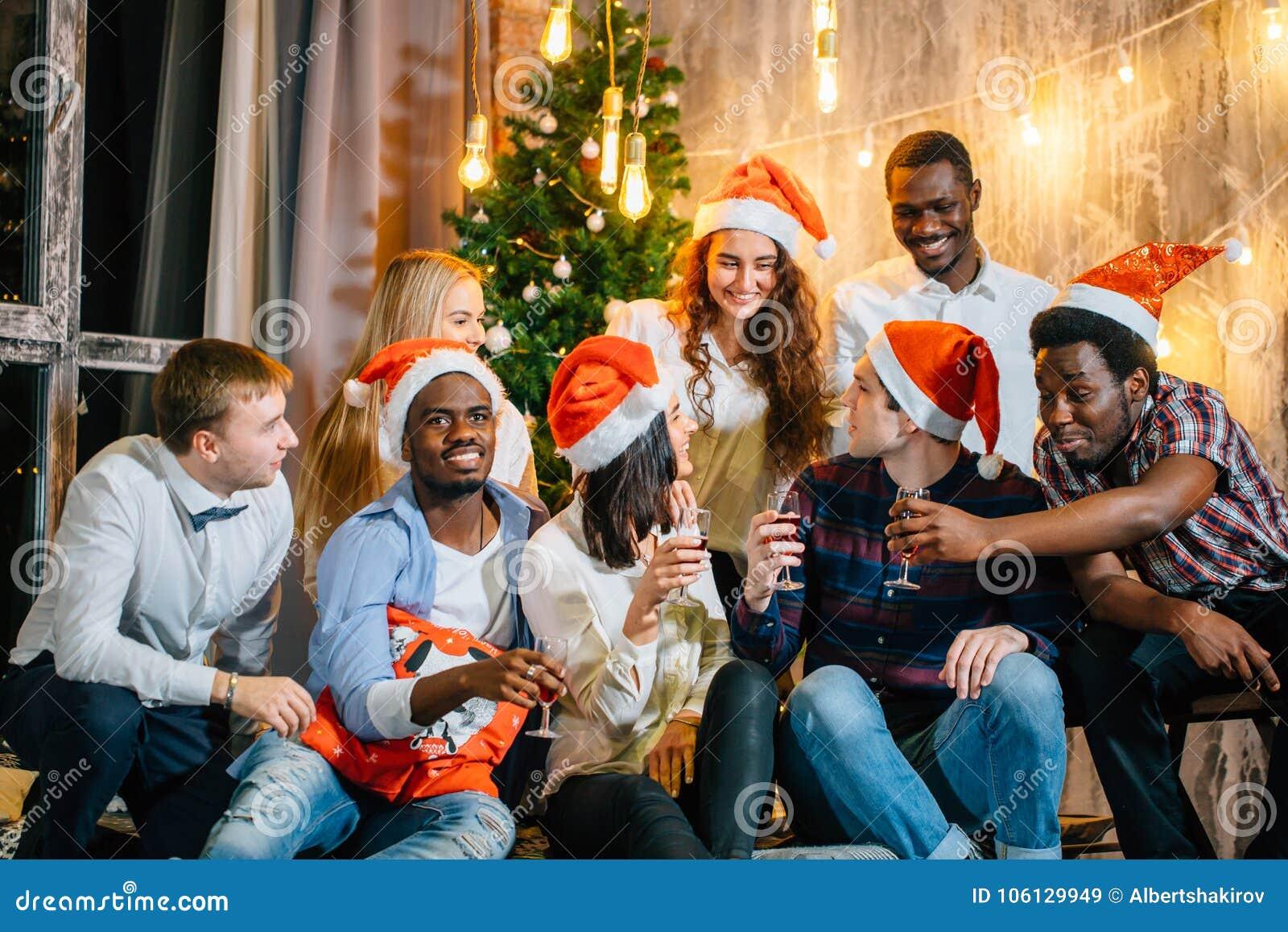 Weihnachtsfestfreunde am Haben des Getränks und des Spaßes