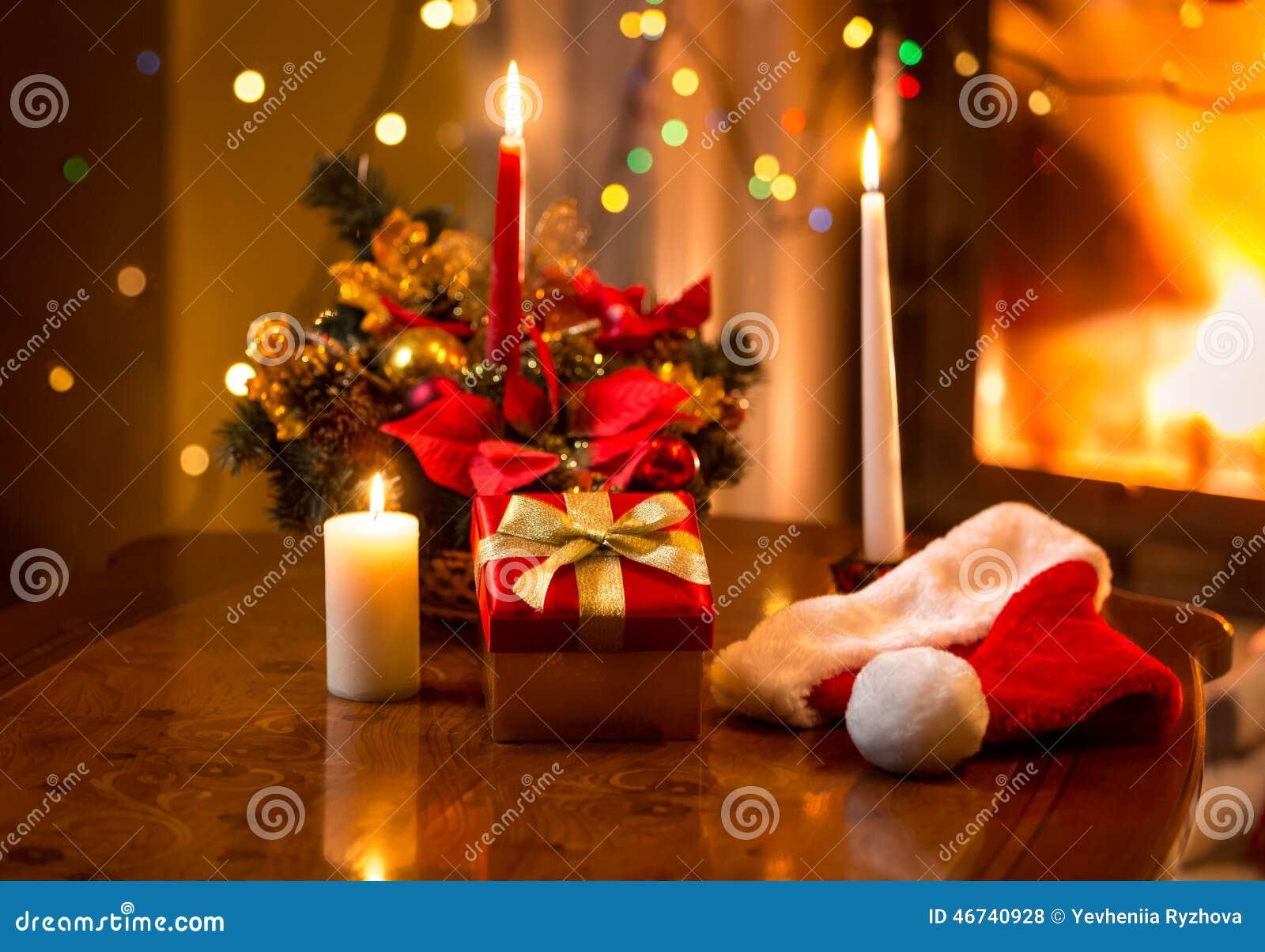 weihnachtsfoto von brennenden kerzen mit giftbox gegen. Black Bedroom Furniture Sets. Home Design Ideas