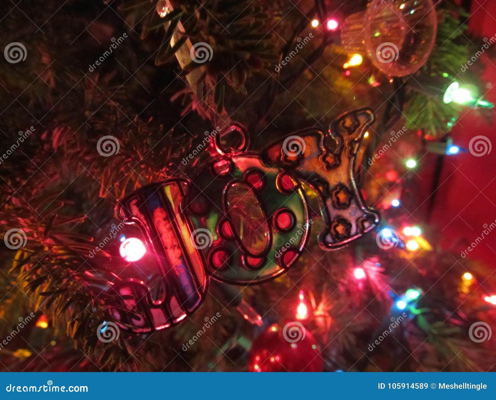 Weihnachtsfreudenverzierung auf Baum