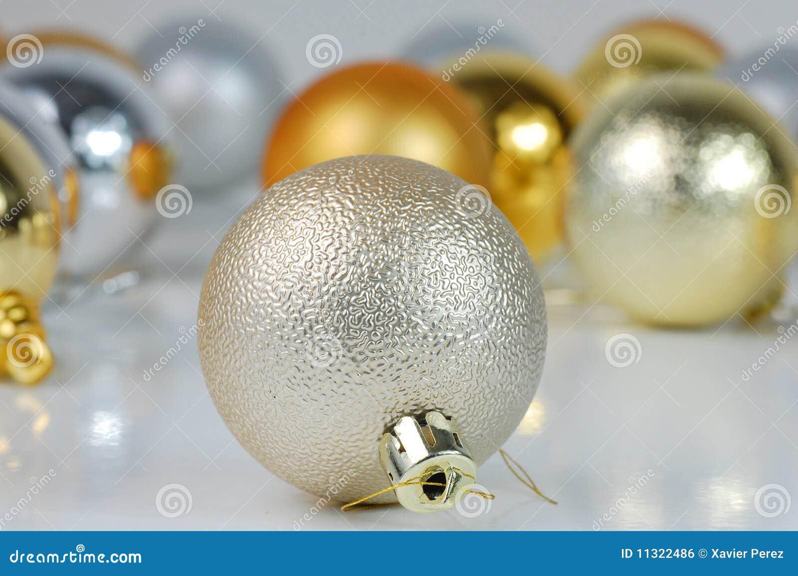 Weihnachtsgelbe und silberne Kugeln