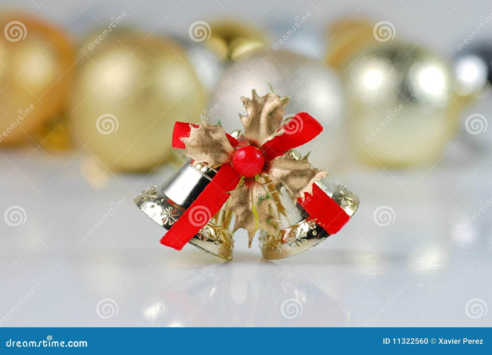 Weihnachtsgelbe und silberne Kugeln und Glocke