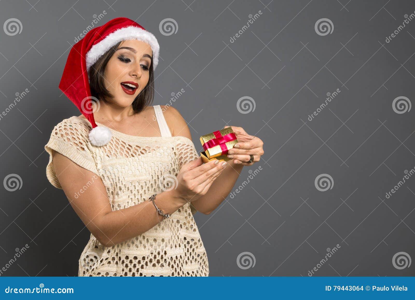 Weihnachtsgeschenk - überraschtes Und Glücklich, Junges B Des ...