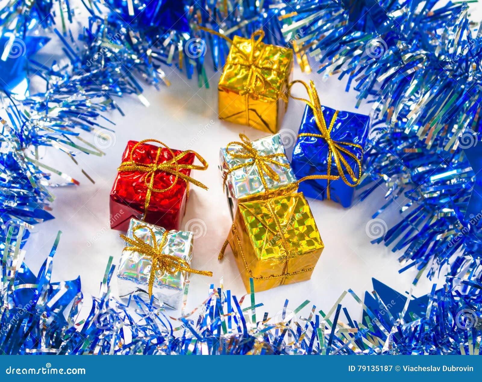 Weihnachtsgeschenk Im Blauen Kranz Mit Festlichem Dekor Stockbild ...
