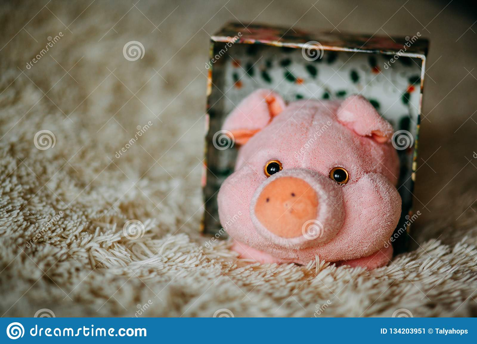 Weihnachtsgeschenk mit rosa Plüschspielzeugschwein