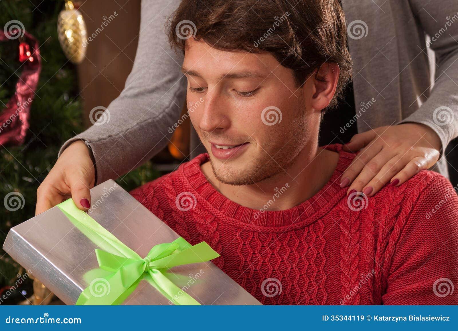 Weihnachtsgeschenk Von Frau Zu Ehemann Stockbild - Bild von person ...