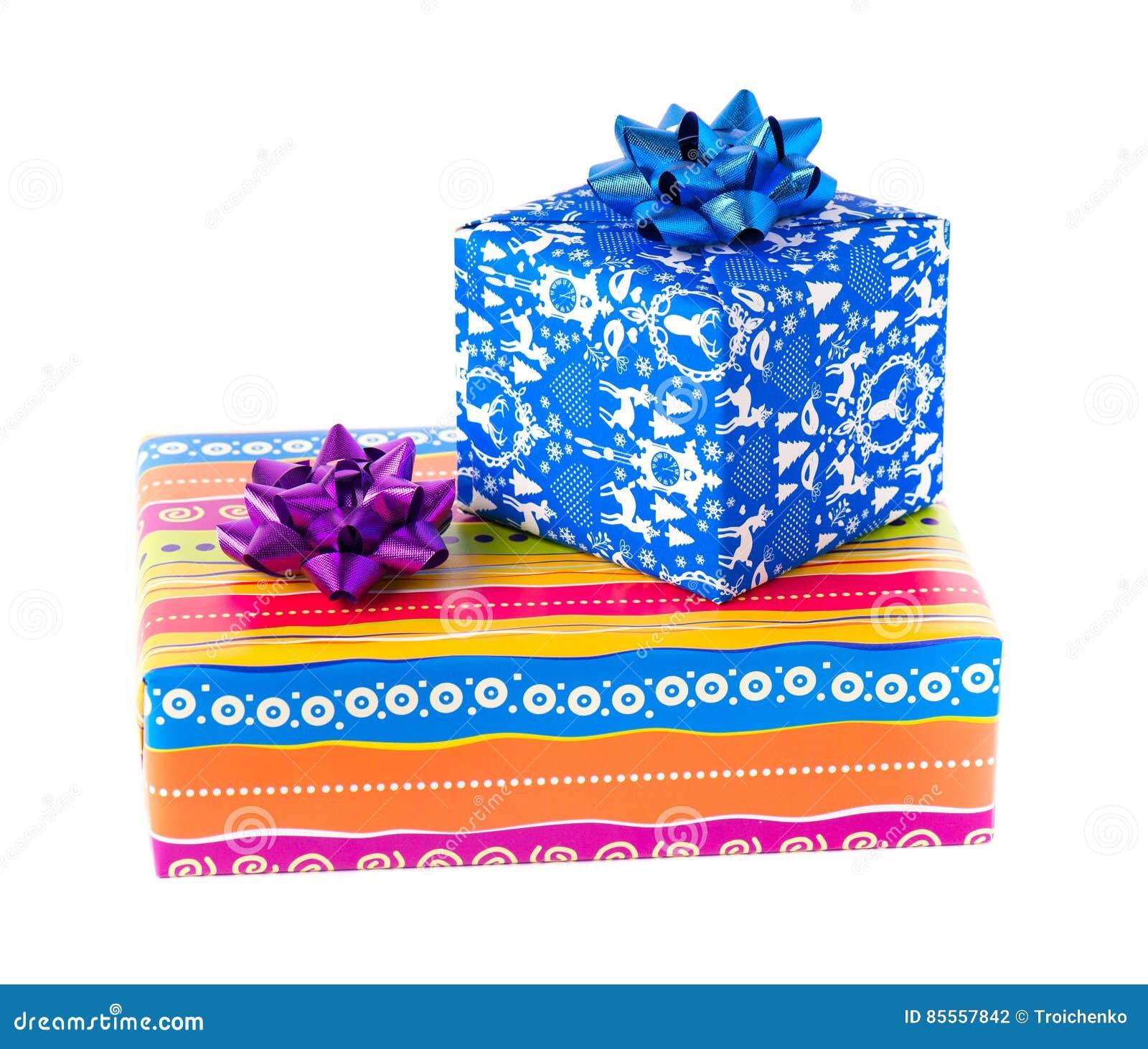 Weihnachtsgeschenkboxen verschiedene Farben, lokalisiert auf weißem Hintergrund