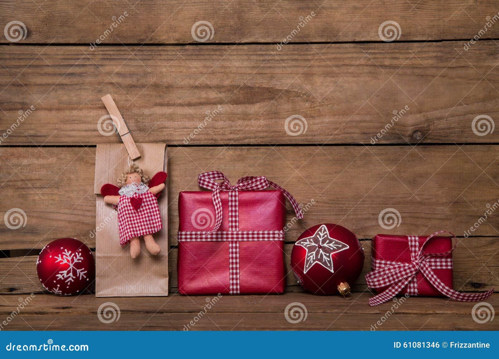 Weihnachtsgeschenke Auf Hölzernem Hintergrund Mit Engel Und Rotem ...