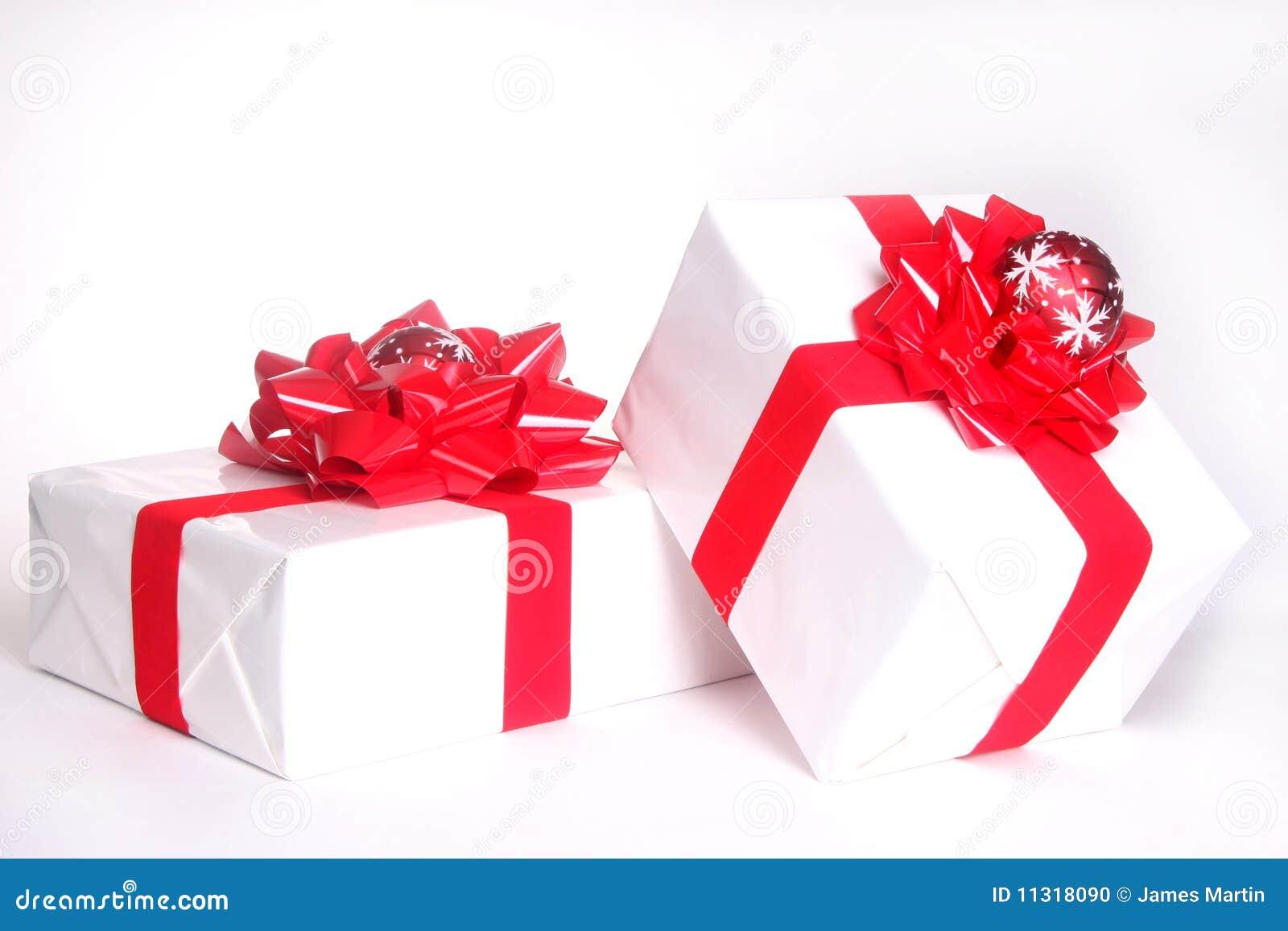 Weihnachtsgeschenke getrennt auf Weiß