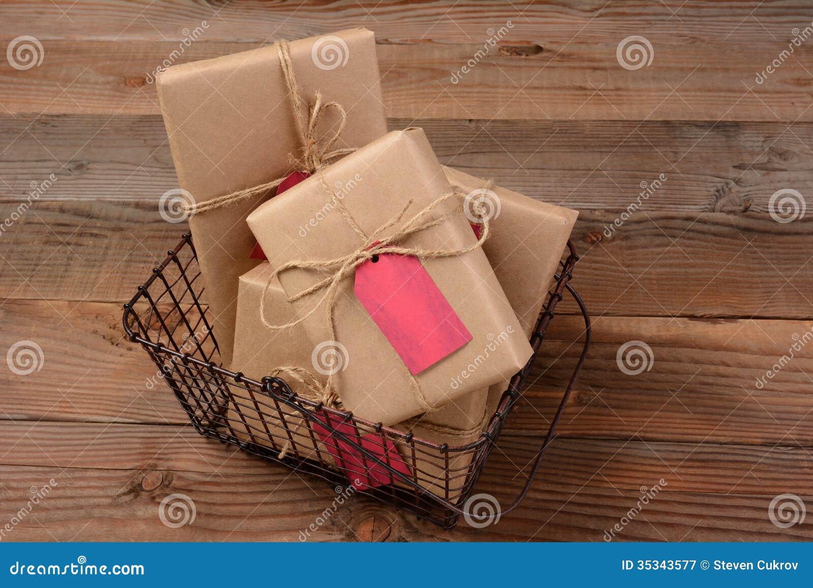 Weihnachtsgeschenke Im Draht-Korb Stockbild - Bild von paket, post ...