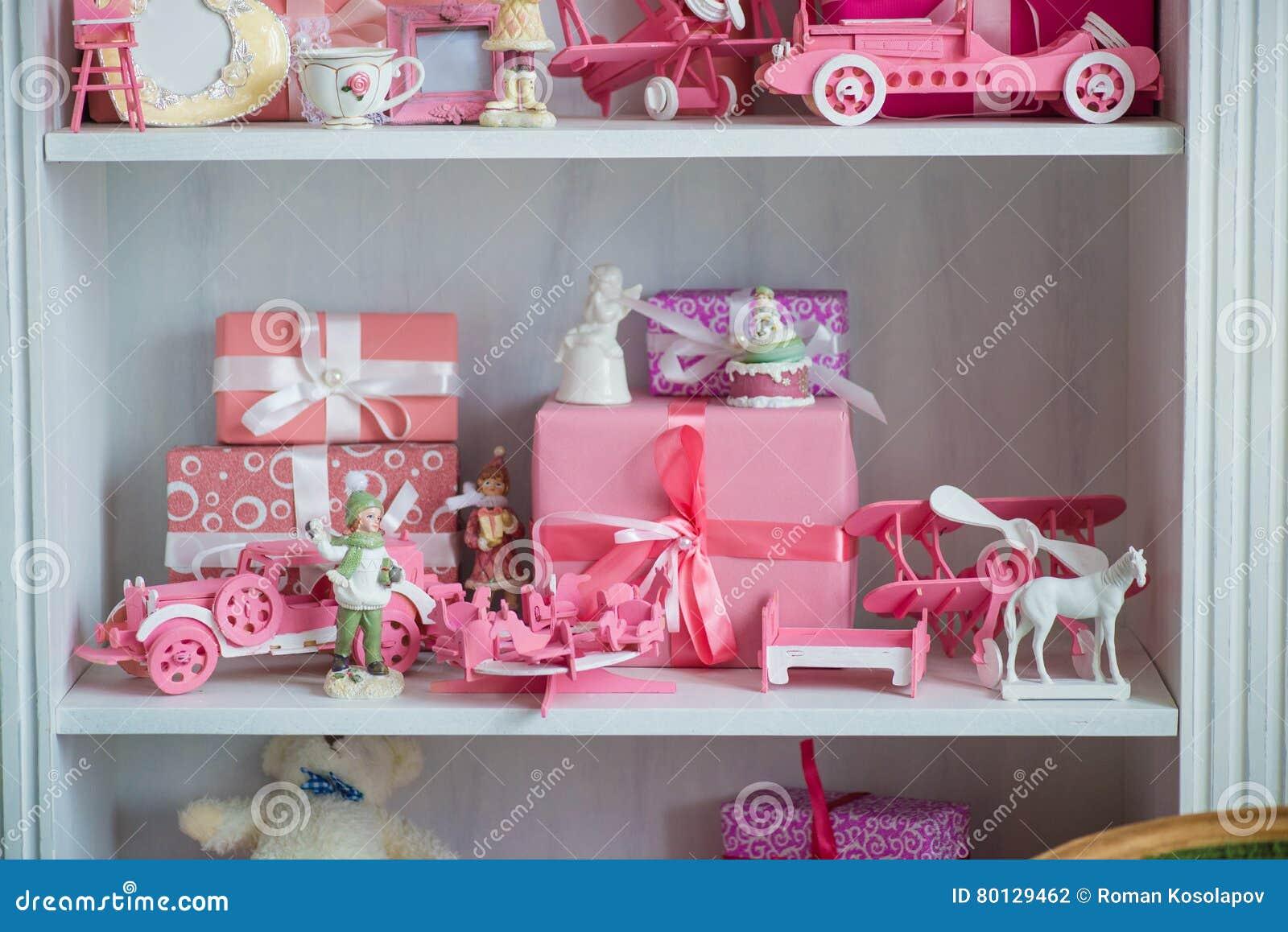 Weihnachtsgeschenke Im Kasten Auf Einem Regal, Einem Rosa Auto ...