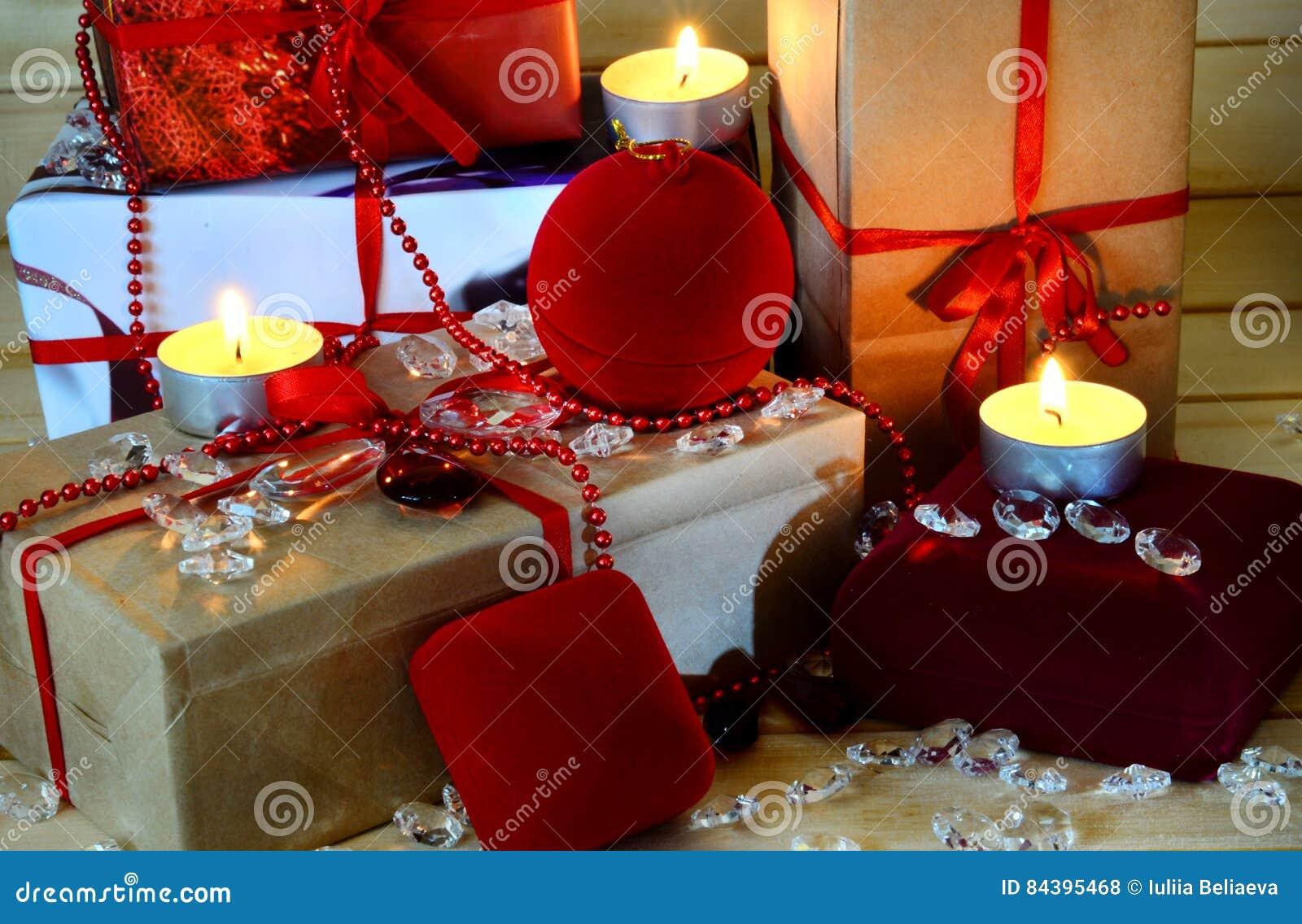 Weihnachtsgeschenke Kleinigkeiten.Weihnachtsgeschenke Kerzen Und Kleinigkeiten Auf Hölzernem