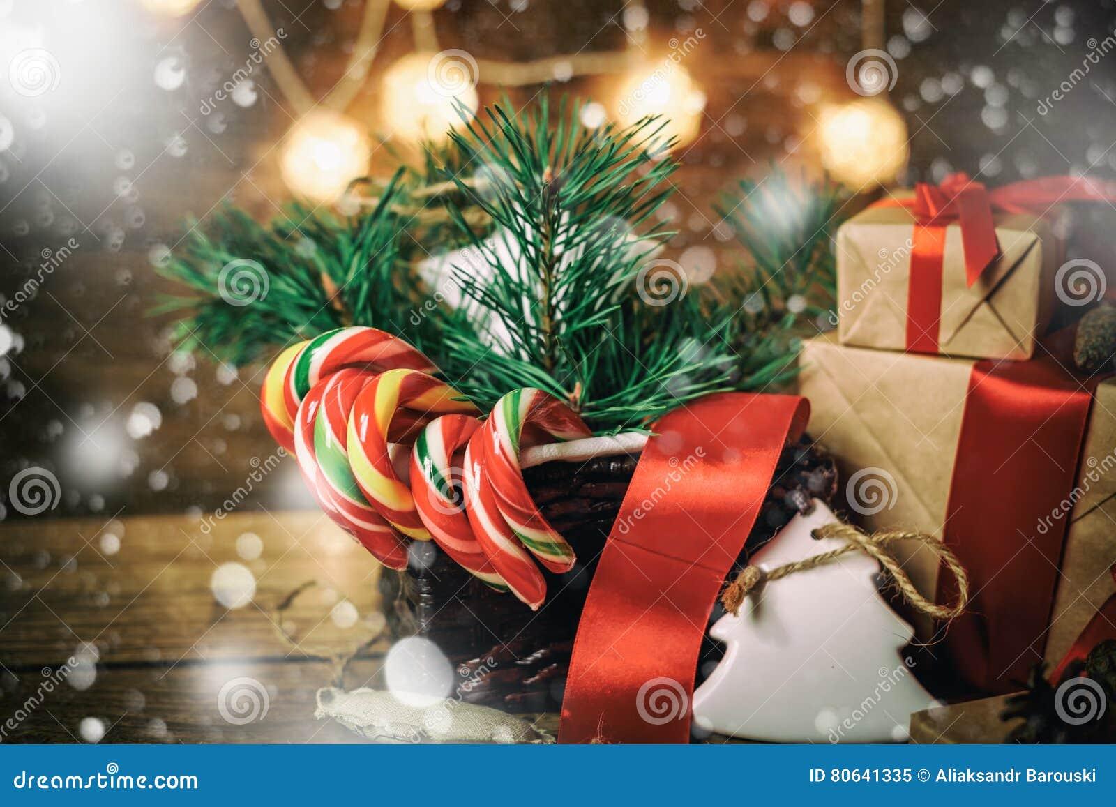 Weihnachtsgeschenke Mit Den Kästen, Koniferen, Korb, Zuckerstange ...