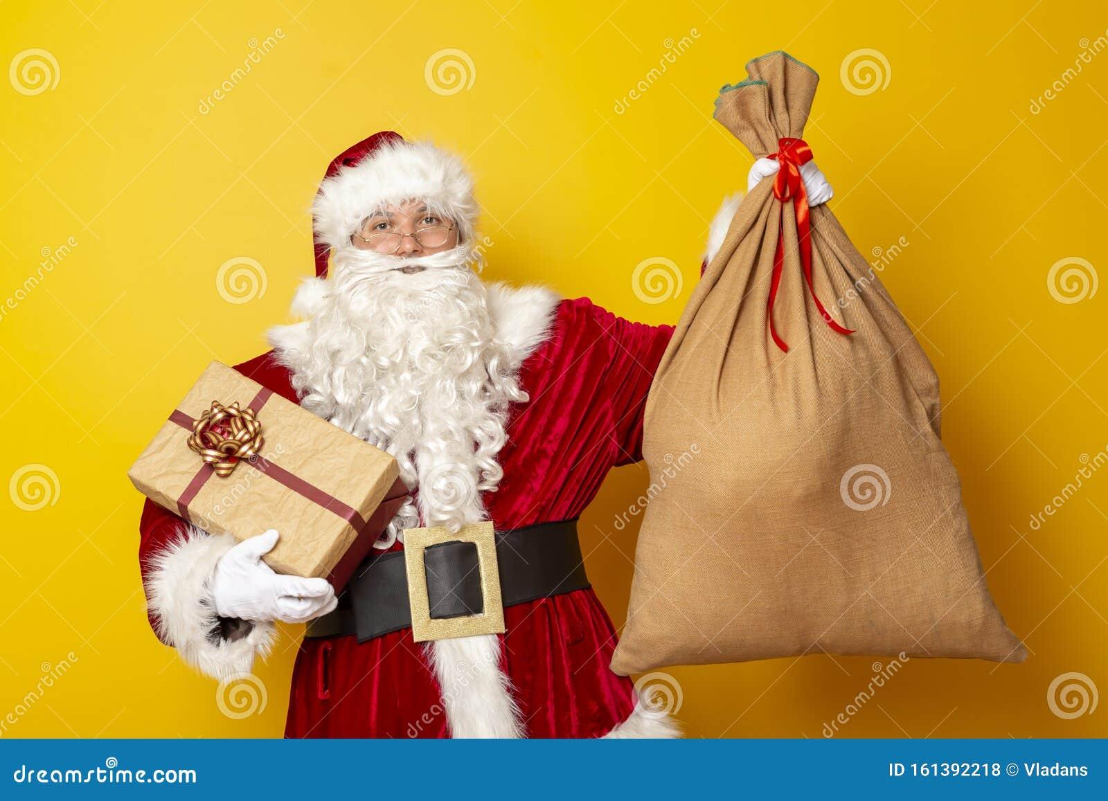 weihnachtsgeschenke mit sack stockfoto  bild von viele
