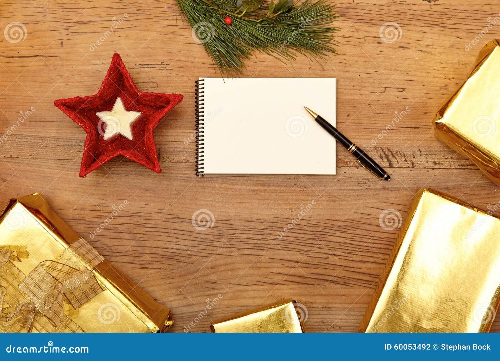 Weihnachtsgeschenke, Notizblock Und Tannenzweig Auf Holz Stockfoto ...