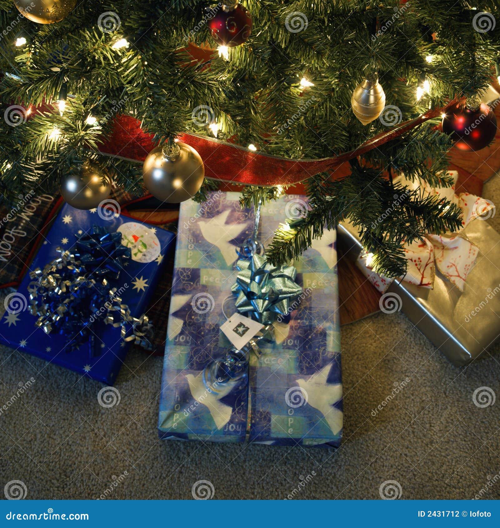Weihnachtsgeschenke Unter Baum. Stockfoto - Bild von geschenke, baum ...