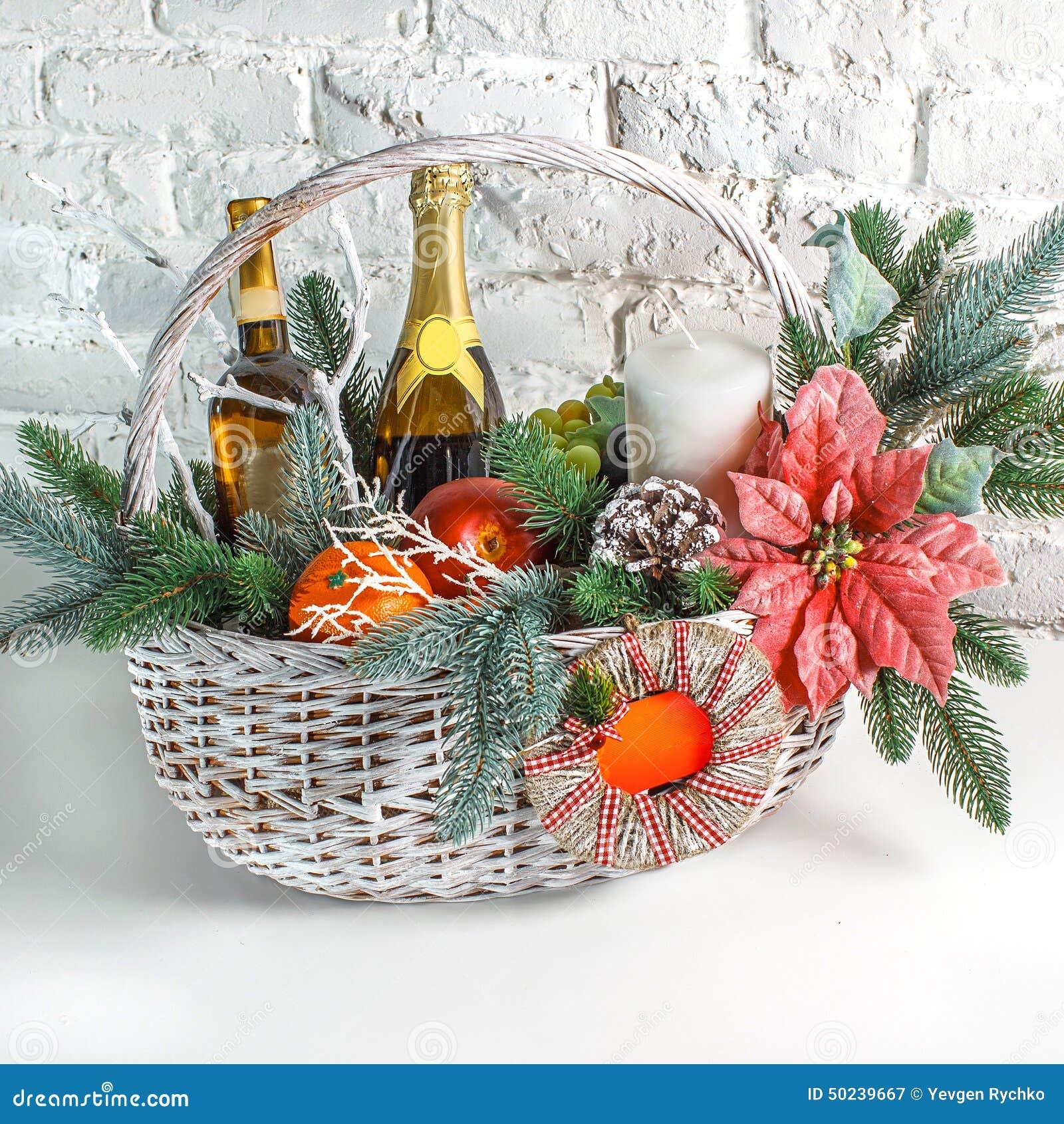 Weihnachtsgeschenk-Korb stockfoto. Bild von decorate, weiß - 43572