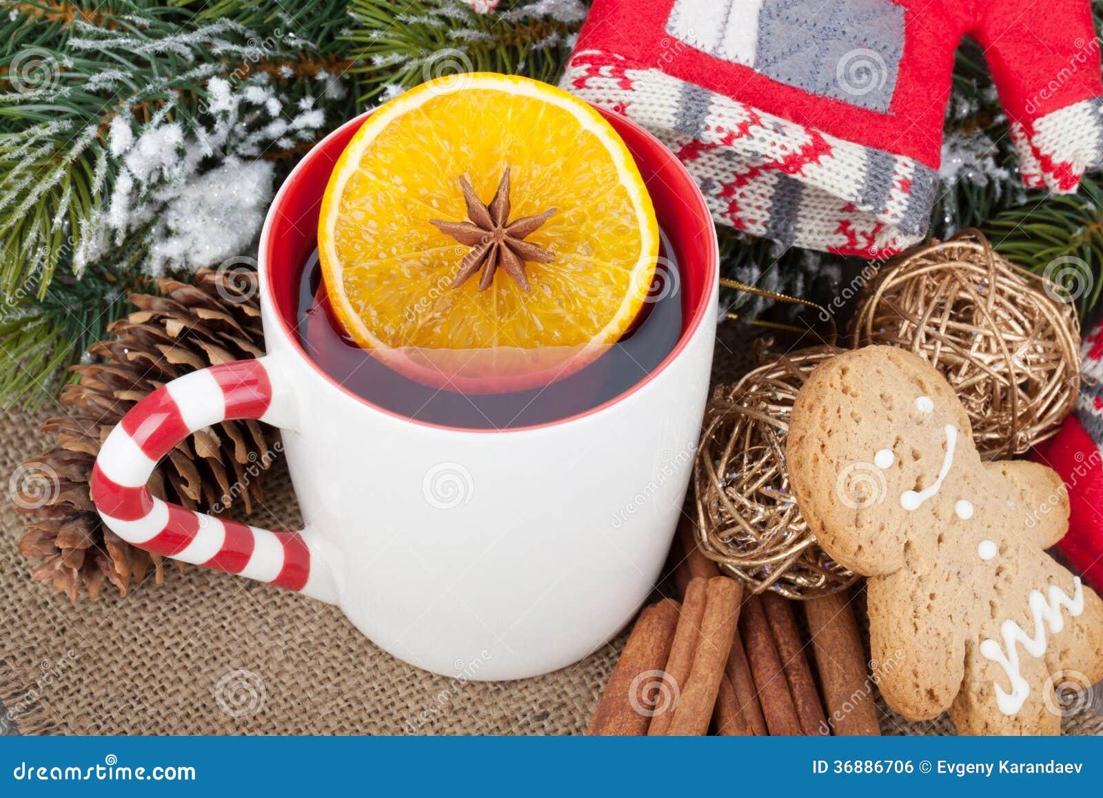 Weihnachtsgluhwein Mit Tannenbaum Lebkuchen Und Dekor Stockfoto