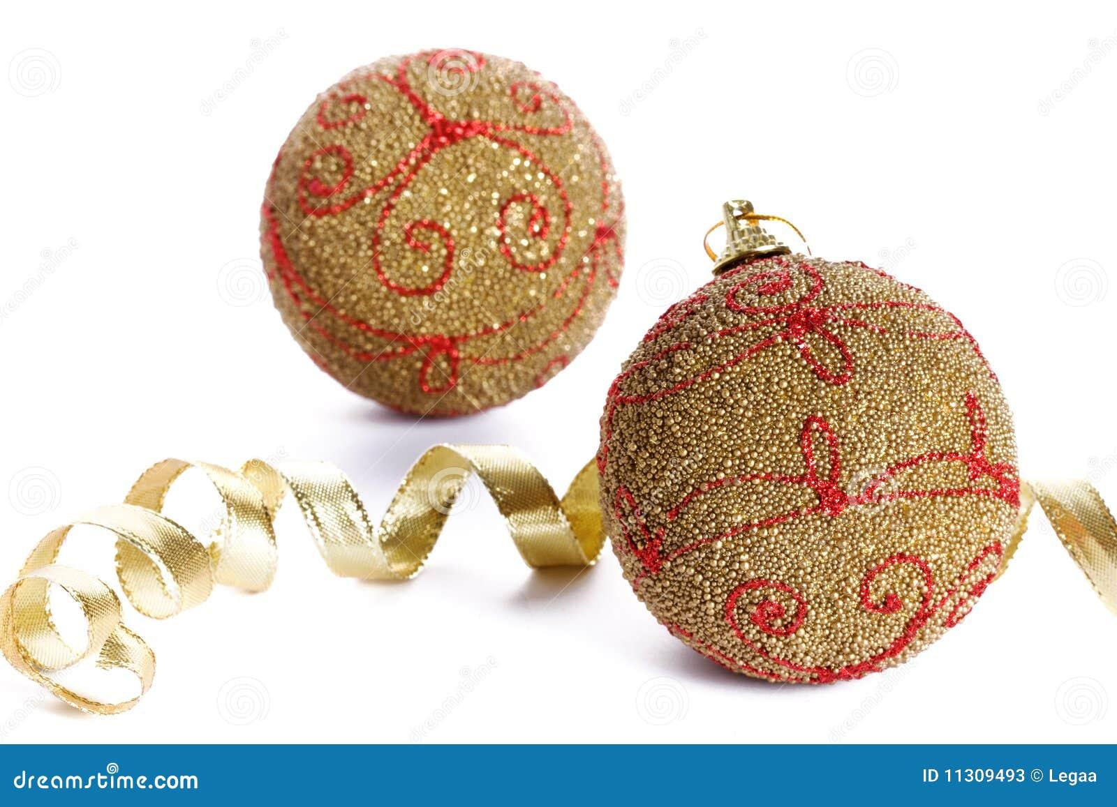 Weihnachtsgoldene Kugeln auf weißem Hintergrund