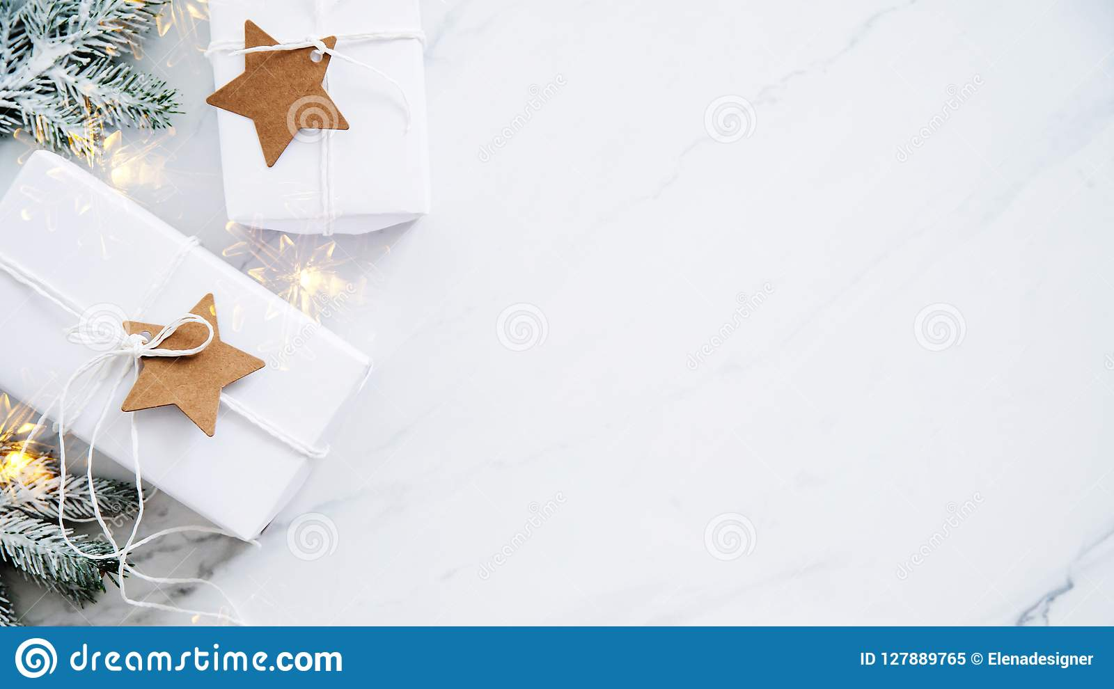 Weihnachtshandgemachte Geschenkboxen auf Draufsicht des weißen Marmorhintergrundes Grußkarte der frohen Weihnachten, Rahmen Winte