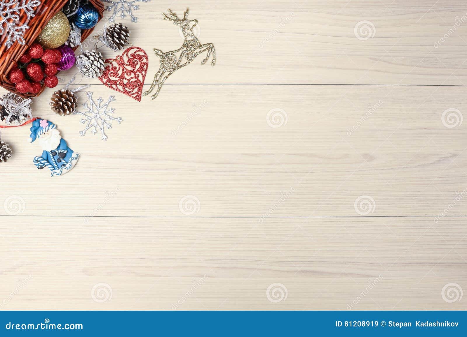 Weihnachtshintergrund auf Holztisch mit copyspace Draufsicht des Weihnachtsbaumkiefernkegels und -schneeflocke Tannenzweigsilber