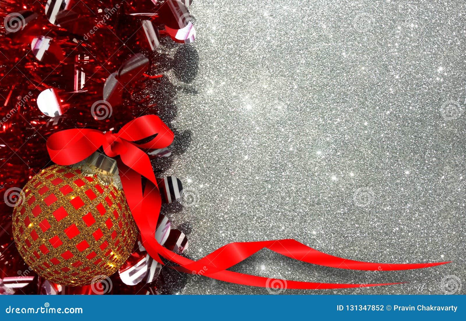Weihnachtshintergrund mit roter und gelber Verzierung auf einem silbernen Funkelnhintergrund