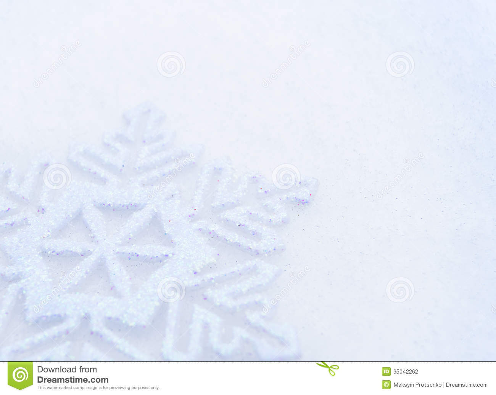 Weihnachtshintergrund mit schöner Schneeflocke auf dem Schnee