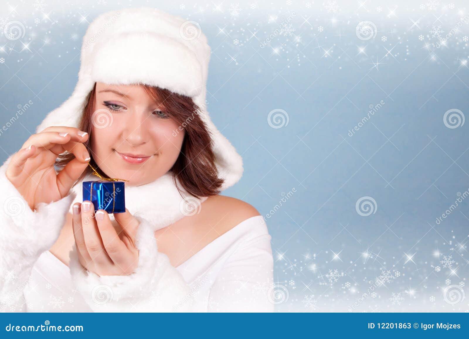 Weihnachtskönigin, die ein Geschenk öffnet