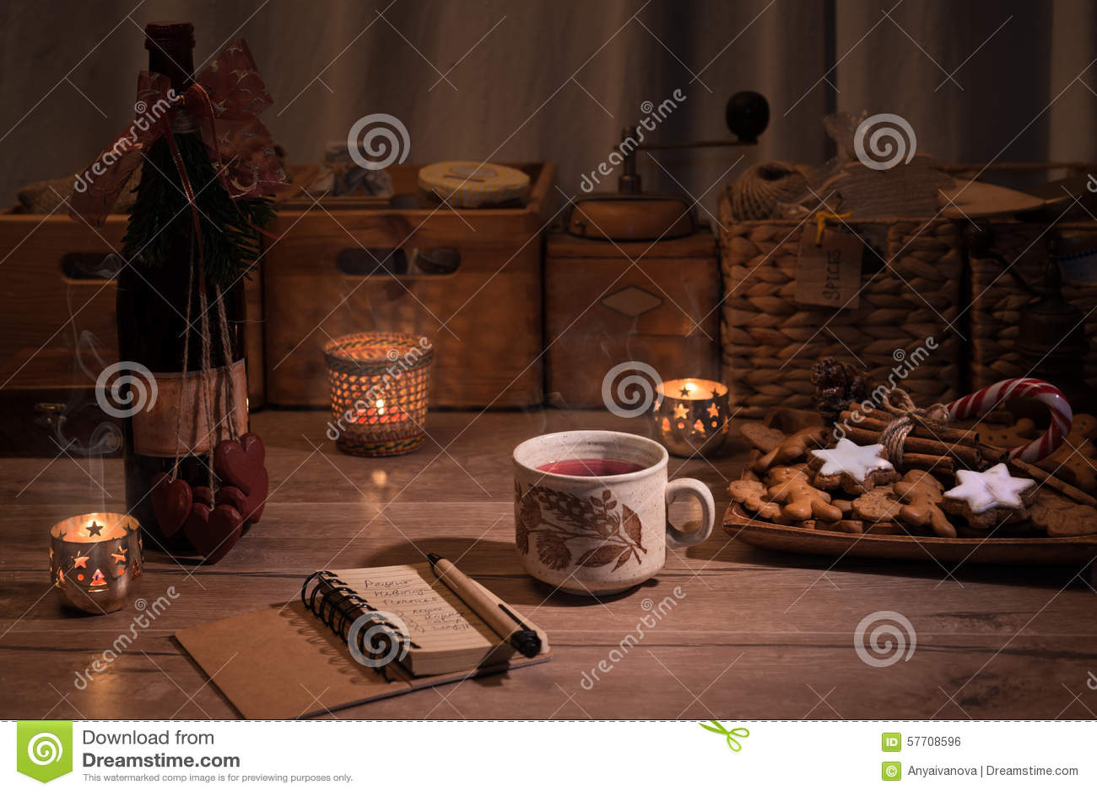Weihnachtsküche Mit Glühwein Und Plätzchen Stockfoto - Bild von gruß ...