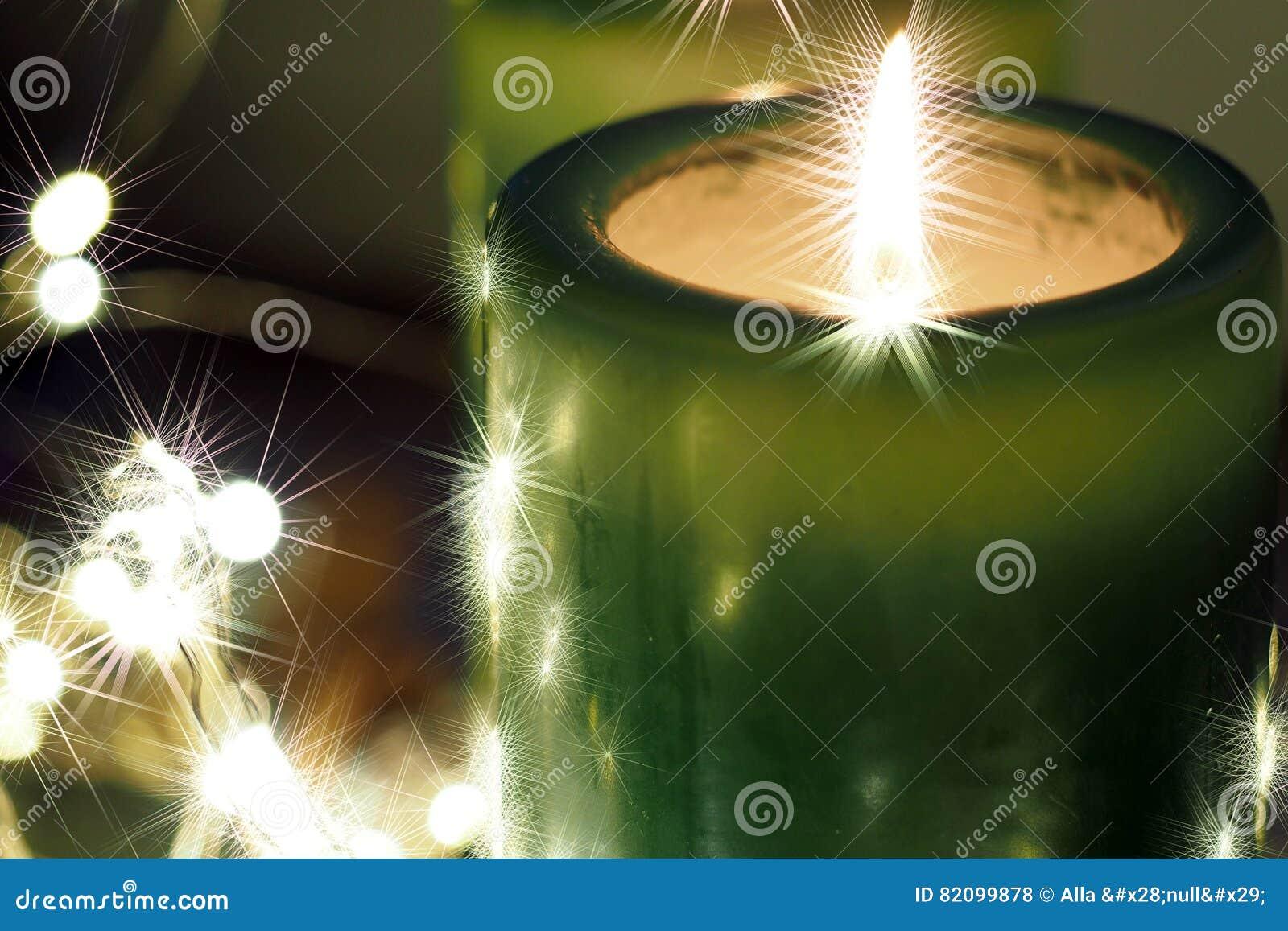 Weihnachtskerzen und -verzierungen über dunklem Hintergrund mit Lichtern