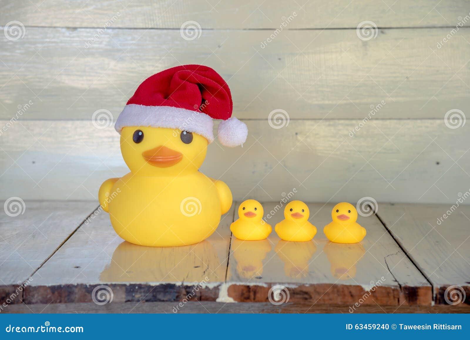 Weihnachtskonzept, Gelber Entenabnutzung Weihnachtsmann-Gummihut ...