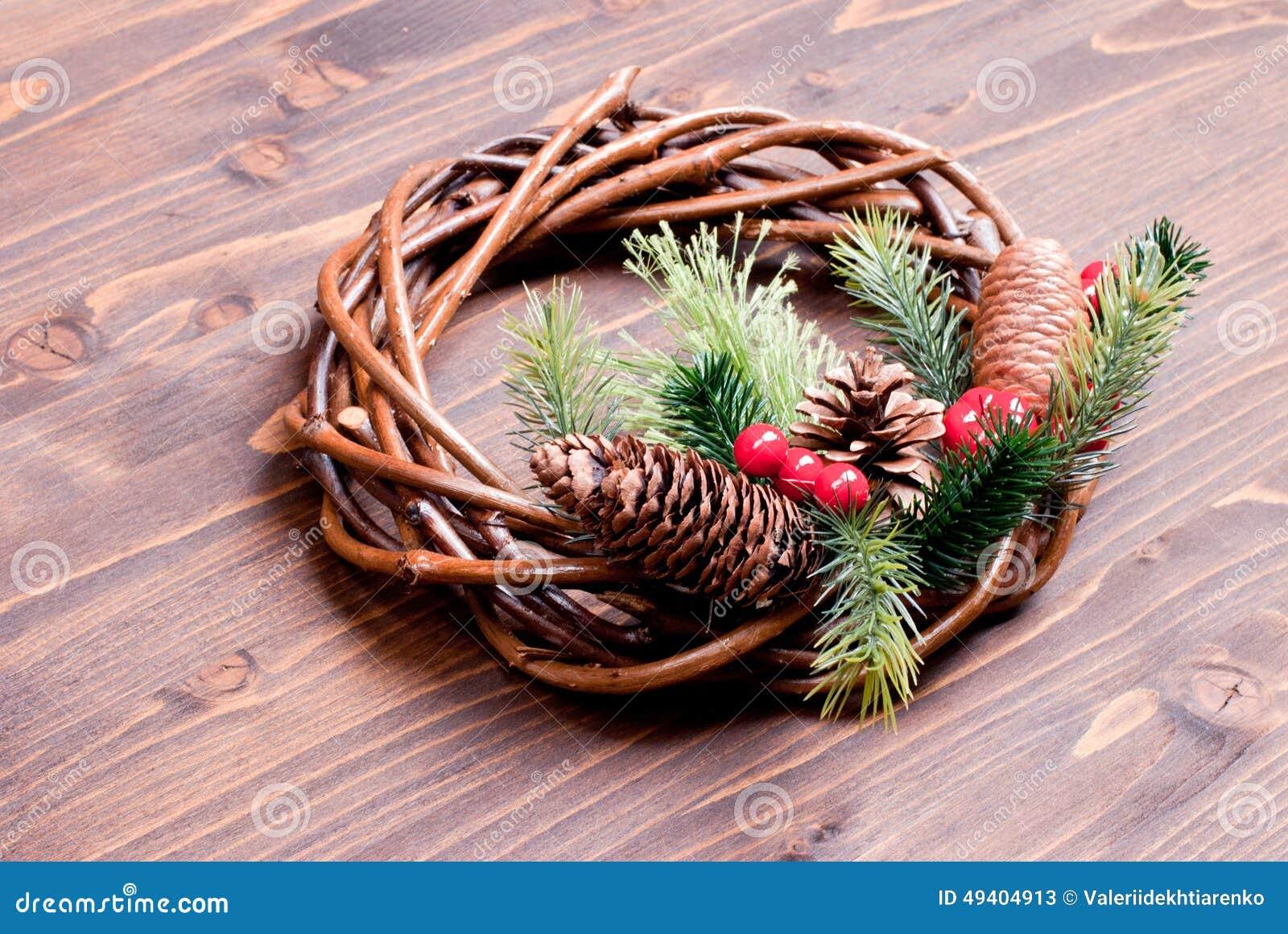 Download Weihnachtskranz Von Zweigen Mit Kiefernnadeln Und Von Kegeln Auf Einem Braun Stockbild - Bild von nachricht, getrennt: 49404913