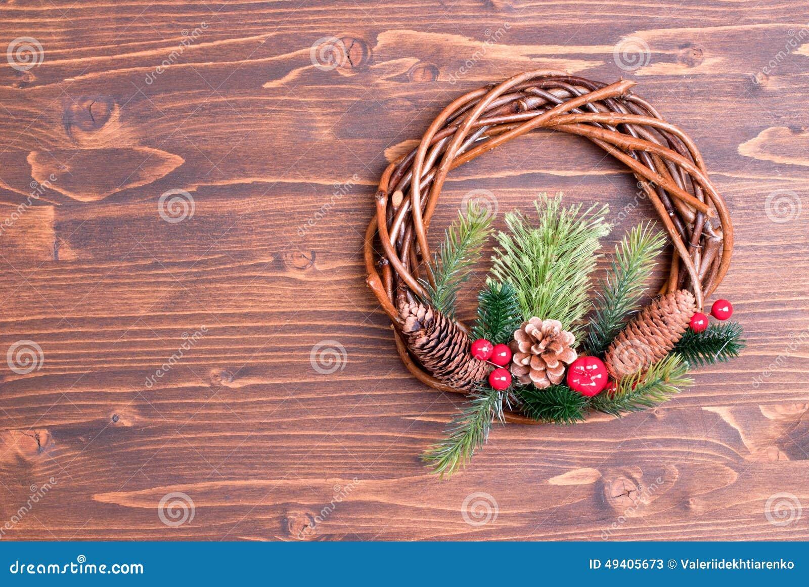 Download Weihnachtskranz Von Zweigen Mit Kiefernnadeln Und Von Kegeln Auf Einem Braun Stockbild - Bild von dekor, noel: 49405673