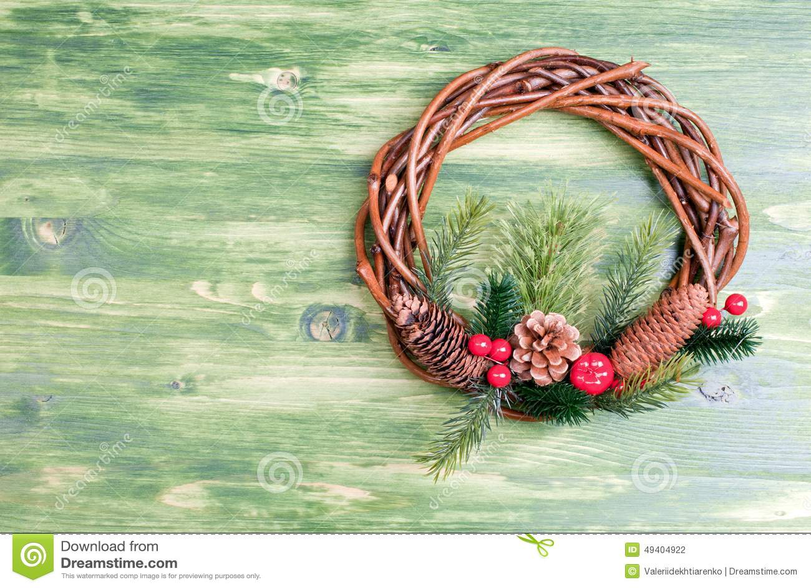 Download Weihnachtskranz Von Zweigen Mit Kiefernnadeln Und Von Kegeln Auf Einem Grün Stockfoto - Bild von fröhlich, tanne: 49404922