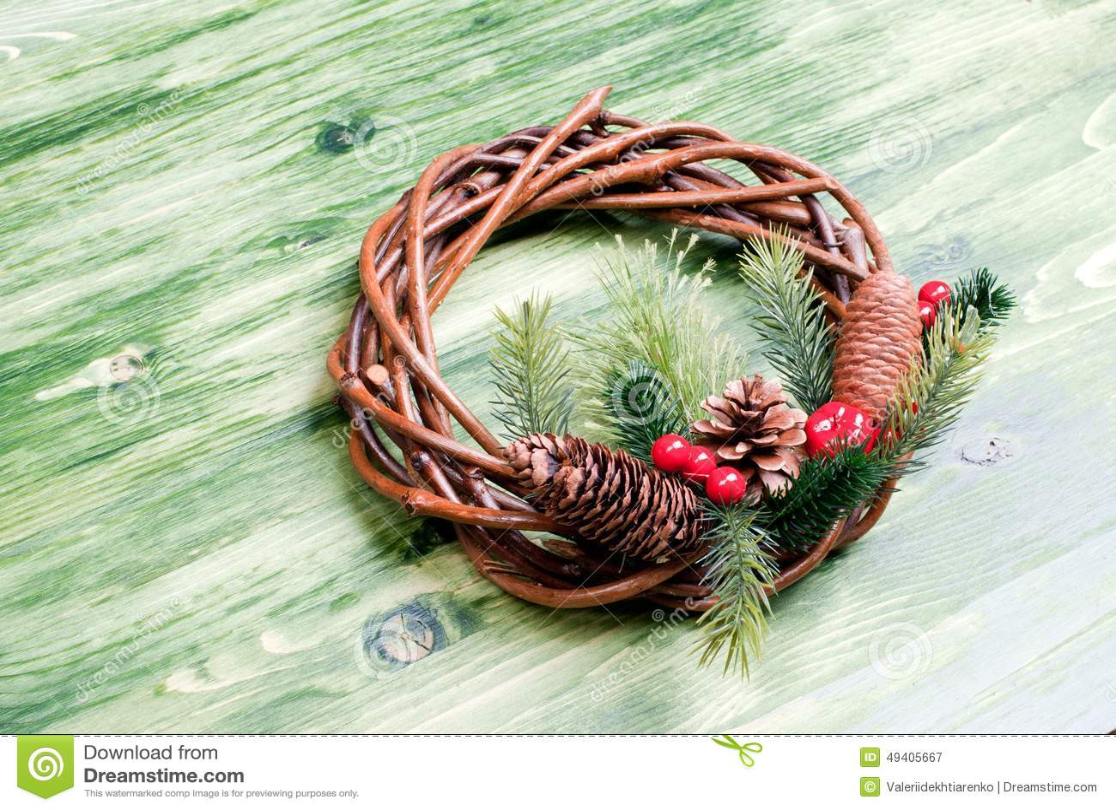 Download Weihnachtskranz Von Zweigen Mit Kiefernnadeln Und Von Kegeln Auf Einem Grün Stockbild - Bild von noel, hängen: 49405667