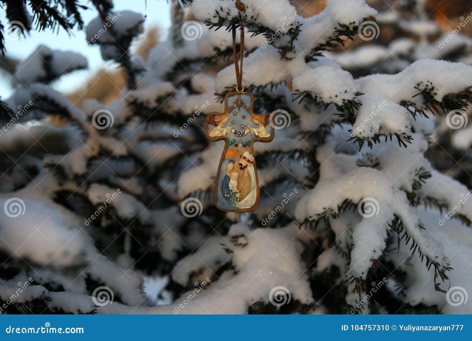 Weihnachtskreuz mit dem Bild des Babys Jesus, im Park an