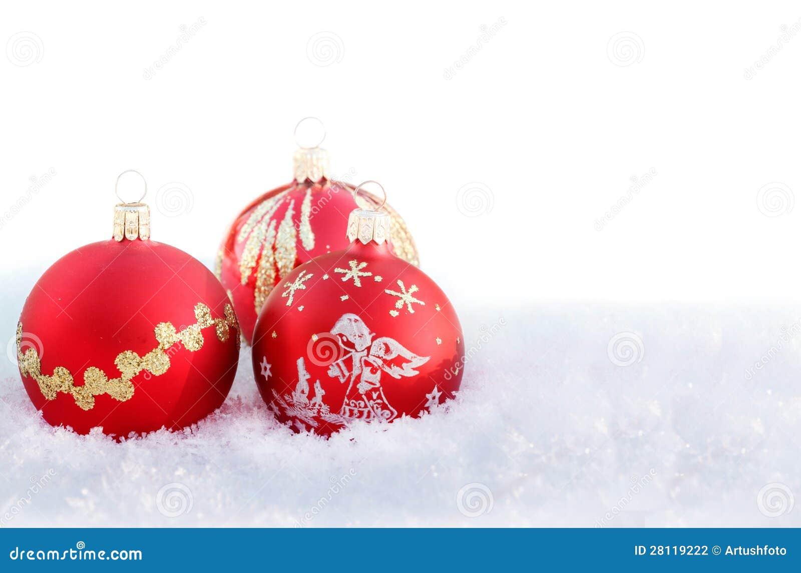 Weihnachtskugeln auf wei em schnee stockfotografie bild for Weihnachtskugeln bilder