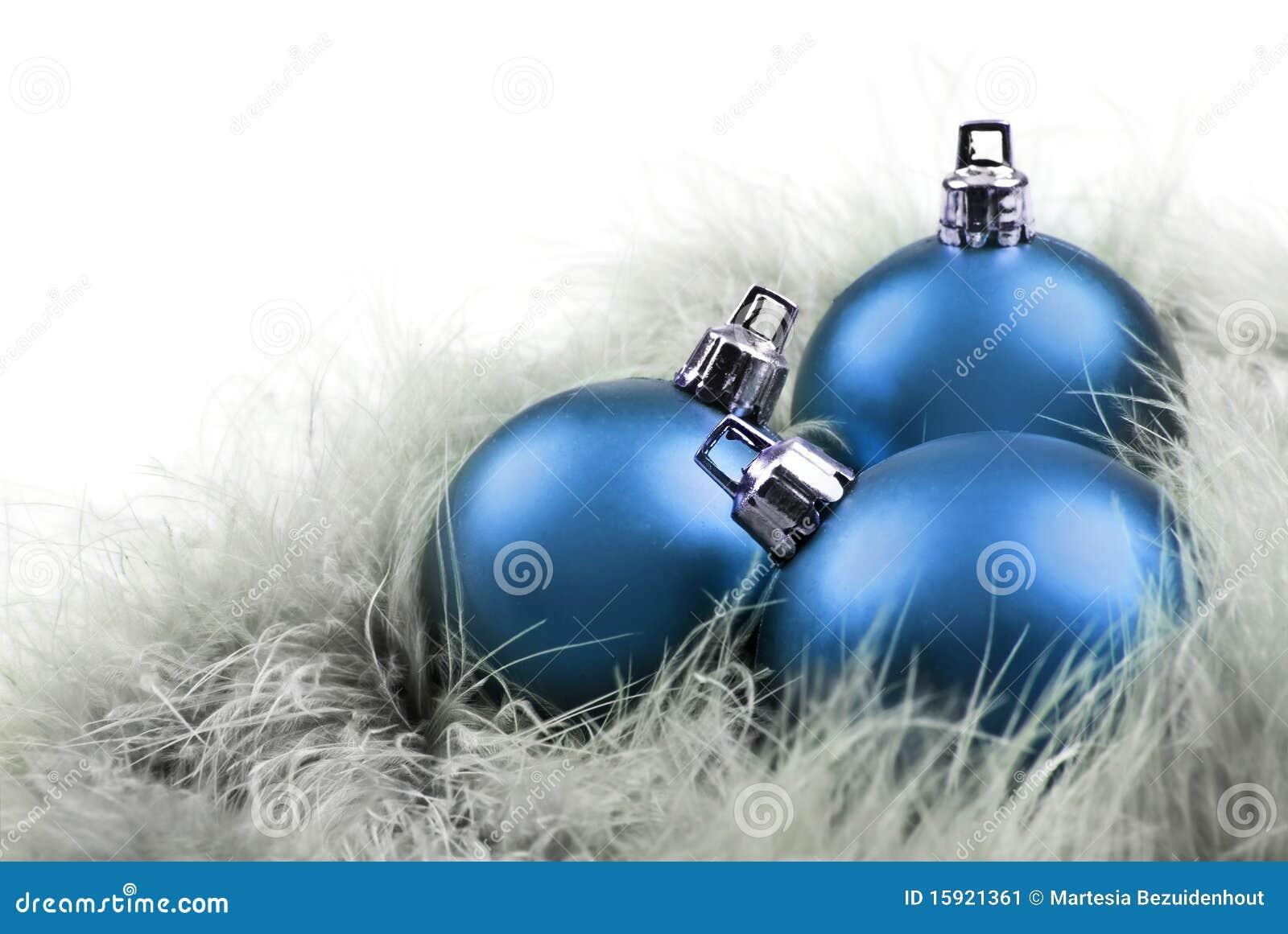 Weihnachtskugeln innen im blau auf federn stockbild bild for Christbaumkugeln blau
