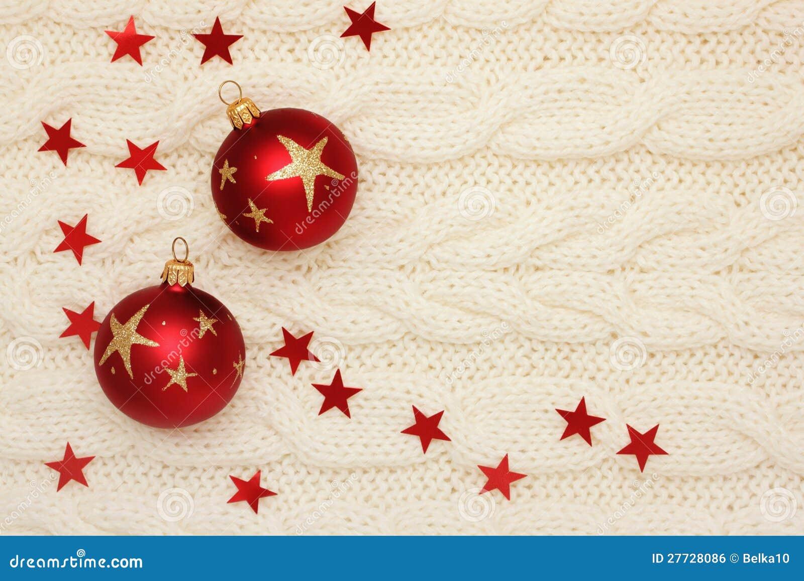 Weihnachtskugeln, -sterne und -korne auf dem Stricken