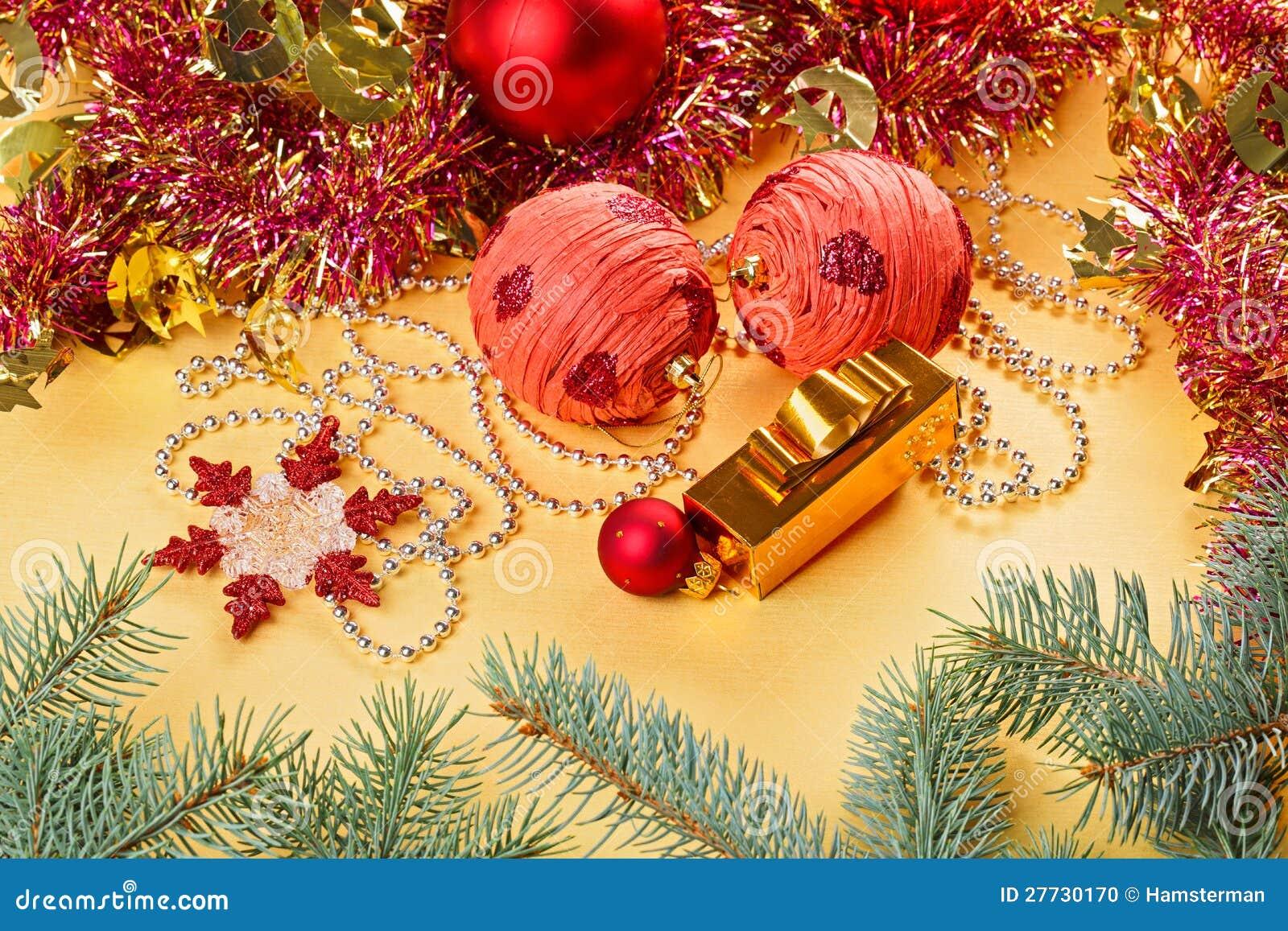 Weihnachtskugeln und -dekorationen auf Gold
