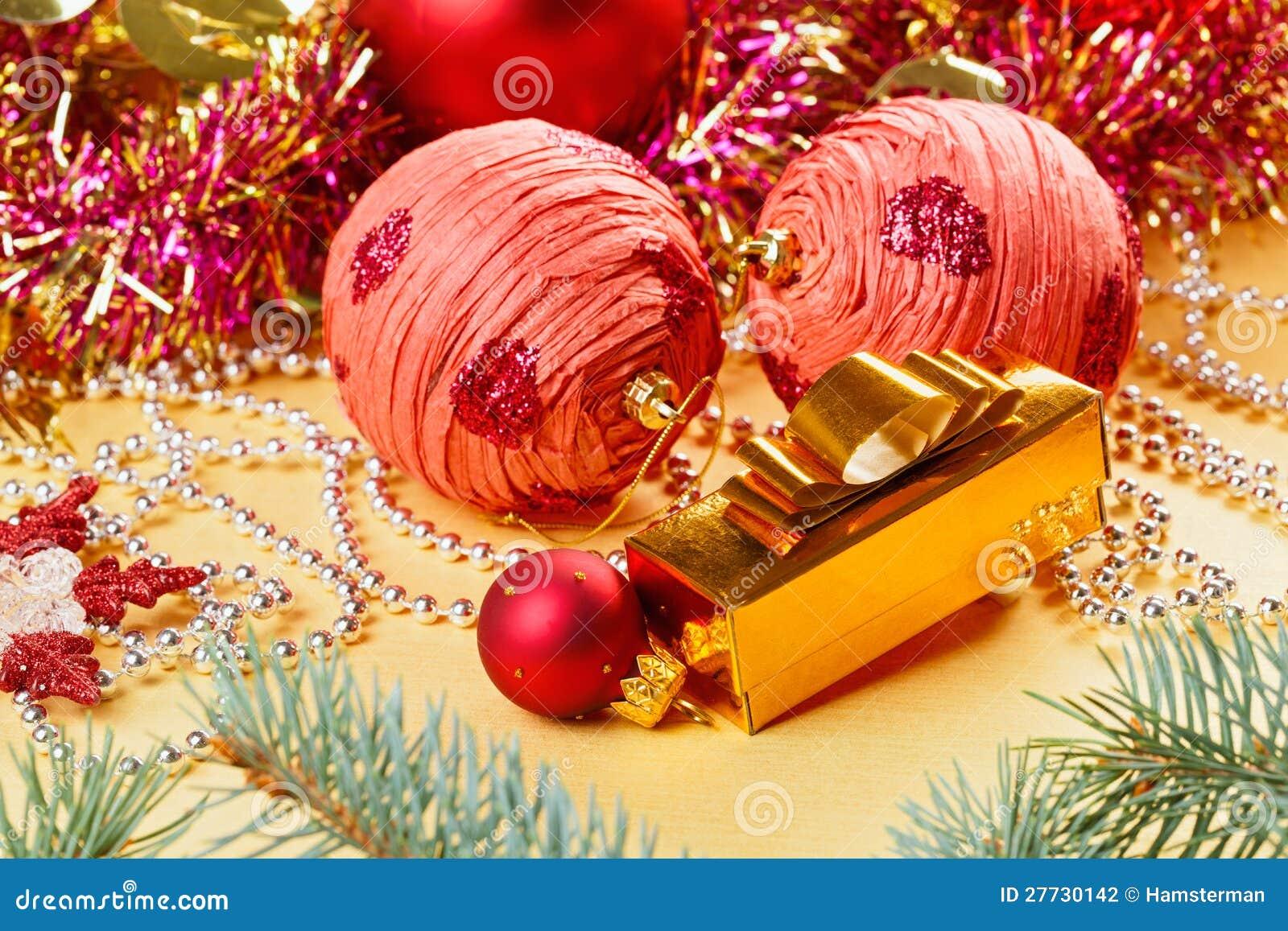 Weihnachtskugeln und -dekorationen auf Goldenem
