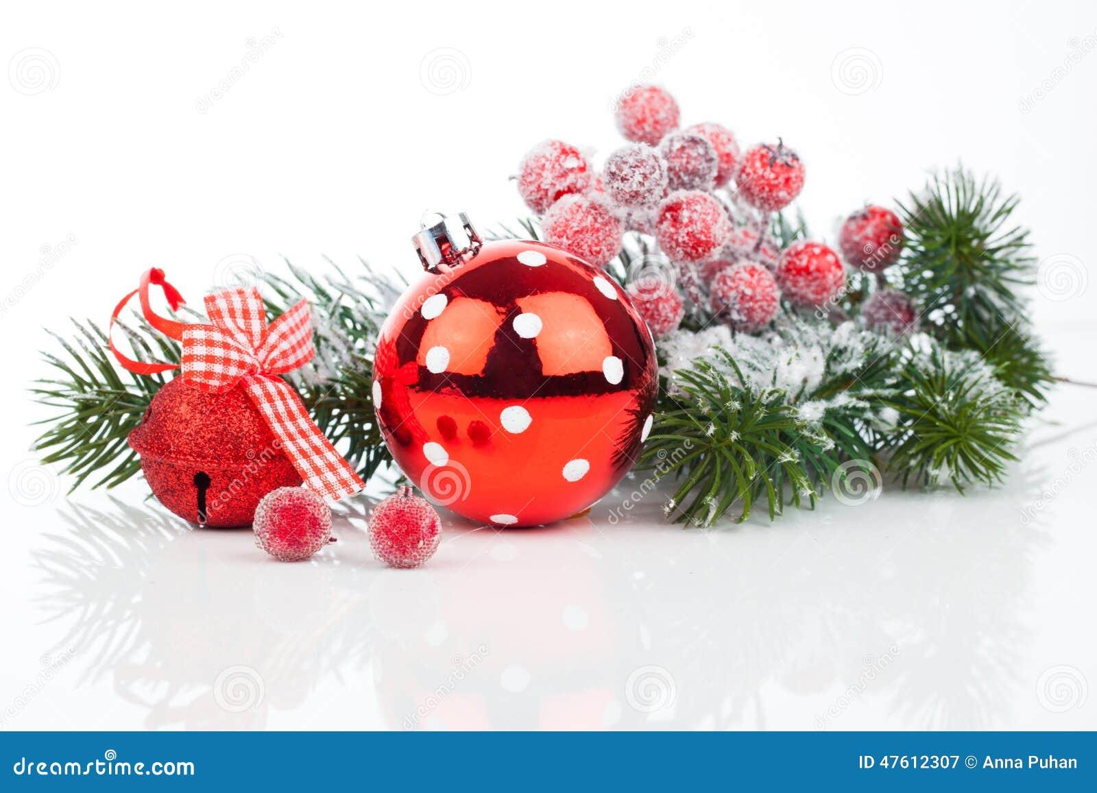 Weihnachtskugeln und Tannenzweige mit Dekorationen