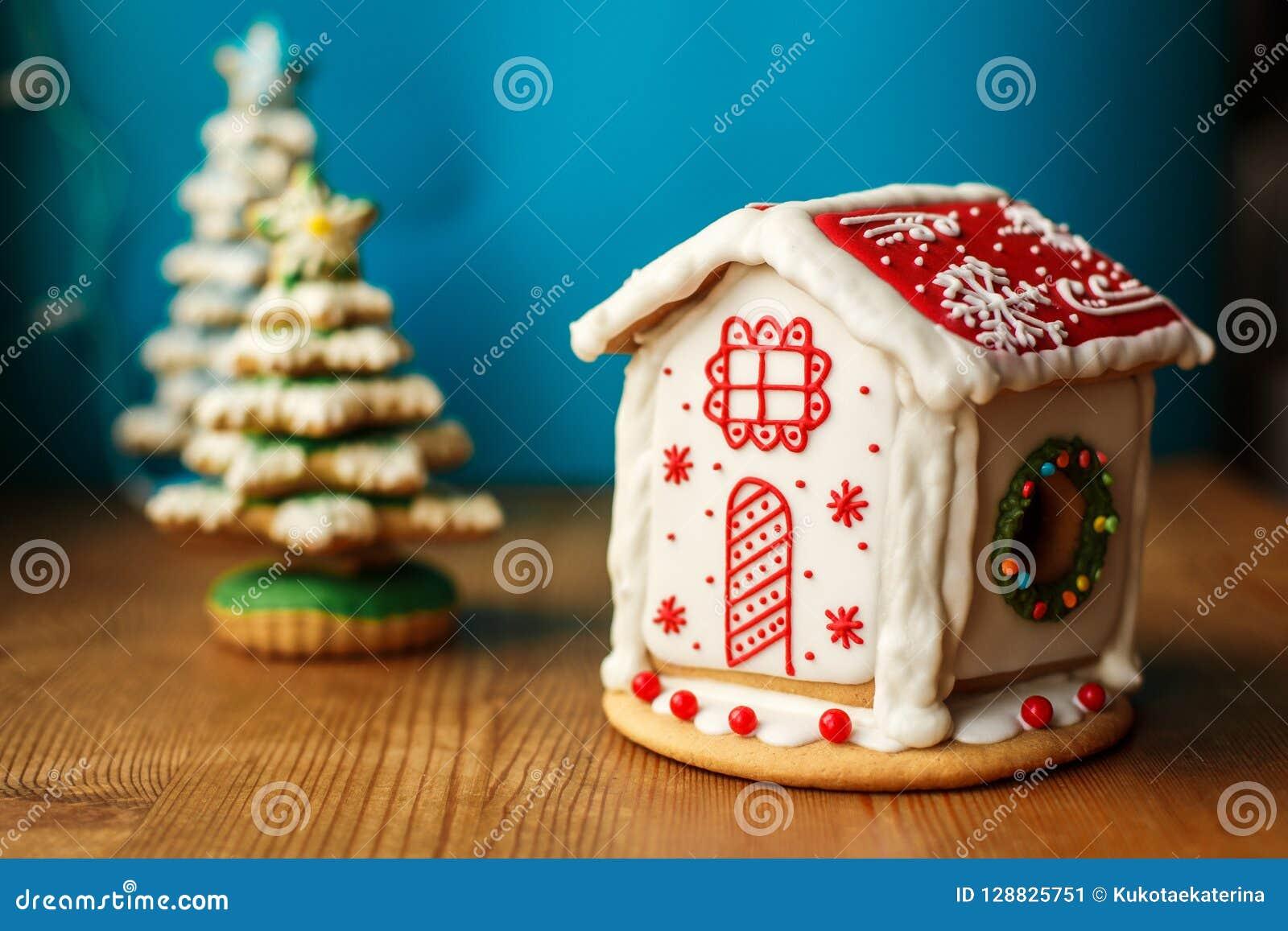 Weihnachtslebkuchen-Plätzchen-Haus Feiertagsbonbons Feiertagslebensmittel und Dekorationskonzept