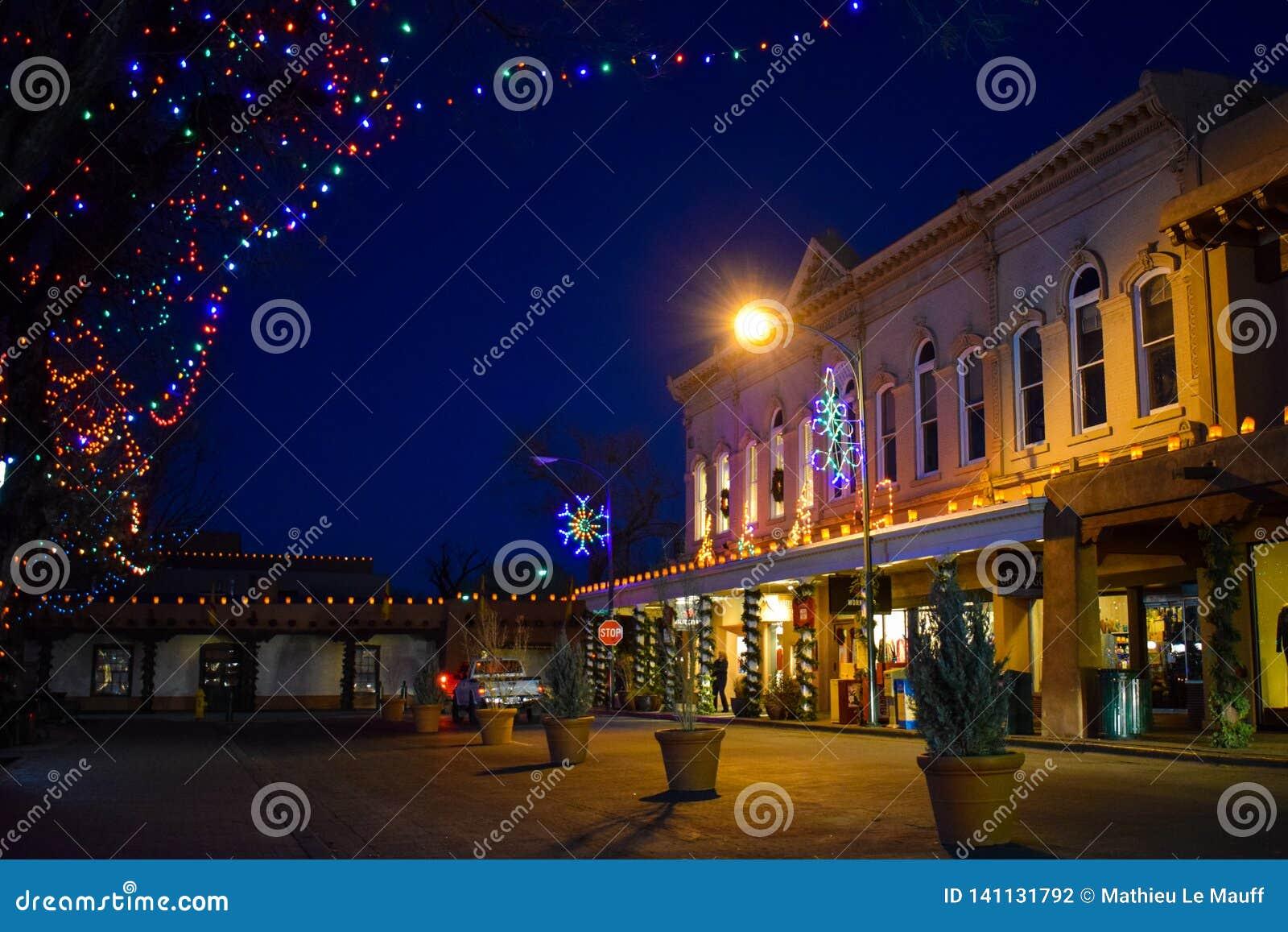 Weihnachtslichter in historischer Santa Fe Plaza, New Mexiko