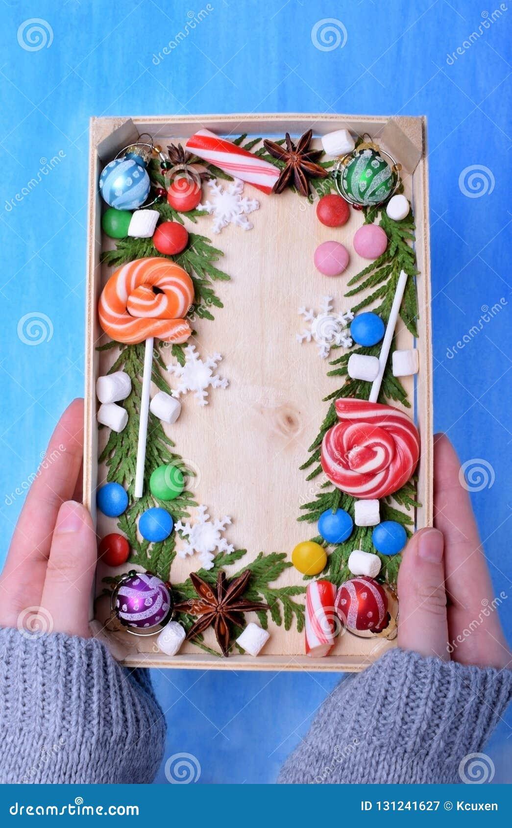 Weihnachtslutscher, Bonbons von verschiedenen Farben, Eibische und Thujaniederlassungen, die Kopienraum gestalten