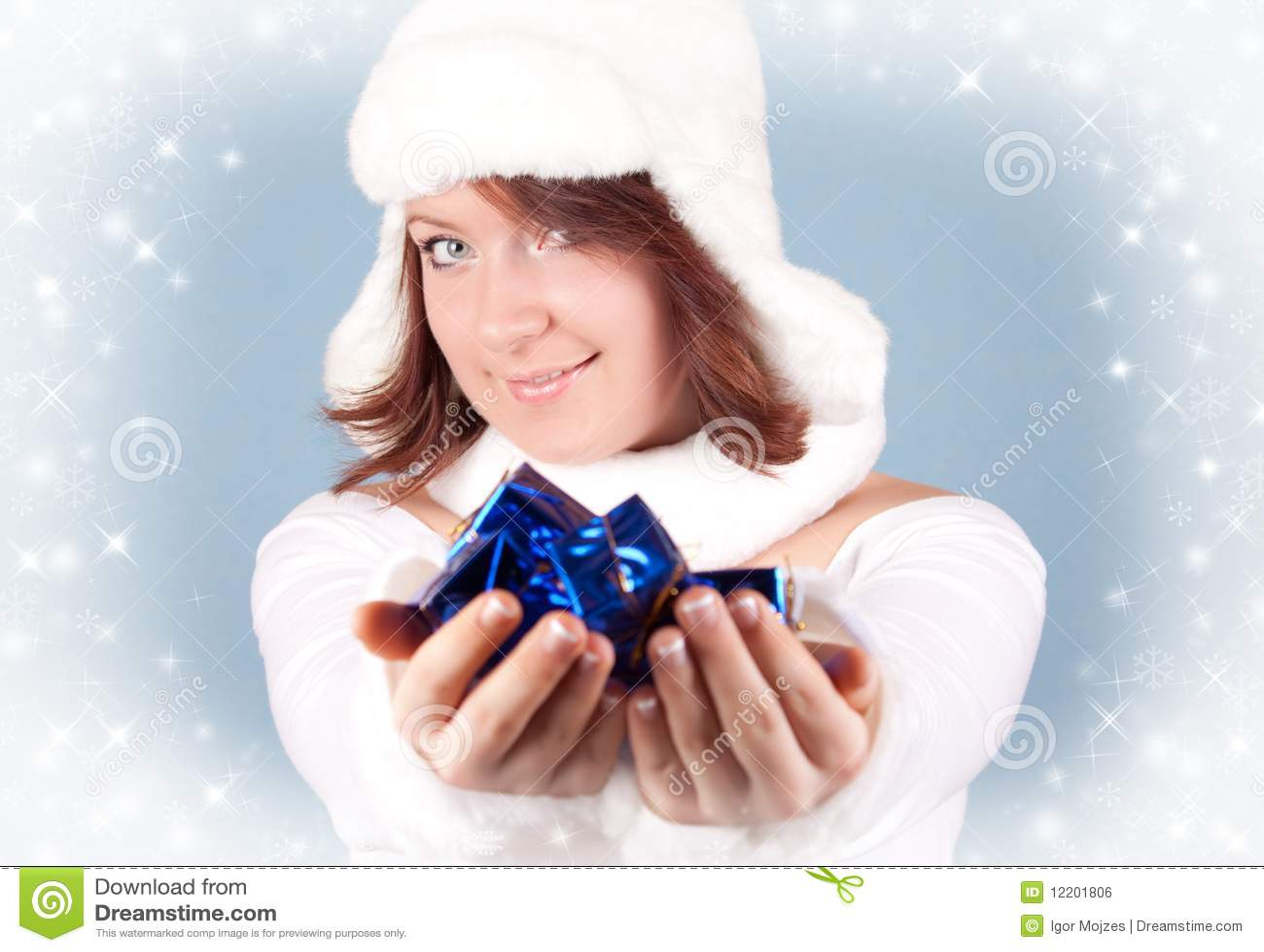 Weihnachtsmädchen, das ein Geschenk gibt