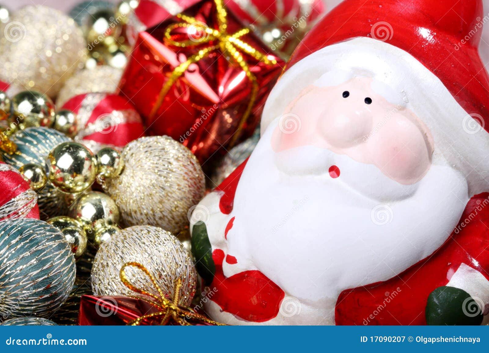 Weihnachtsmann mit Weihnachtsdekorationen