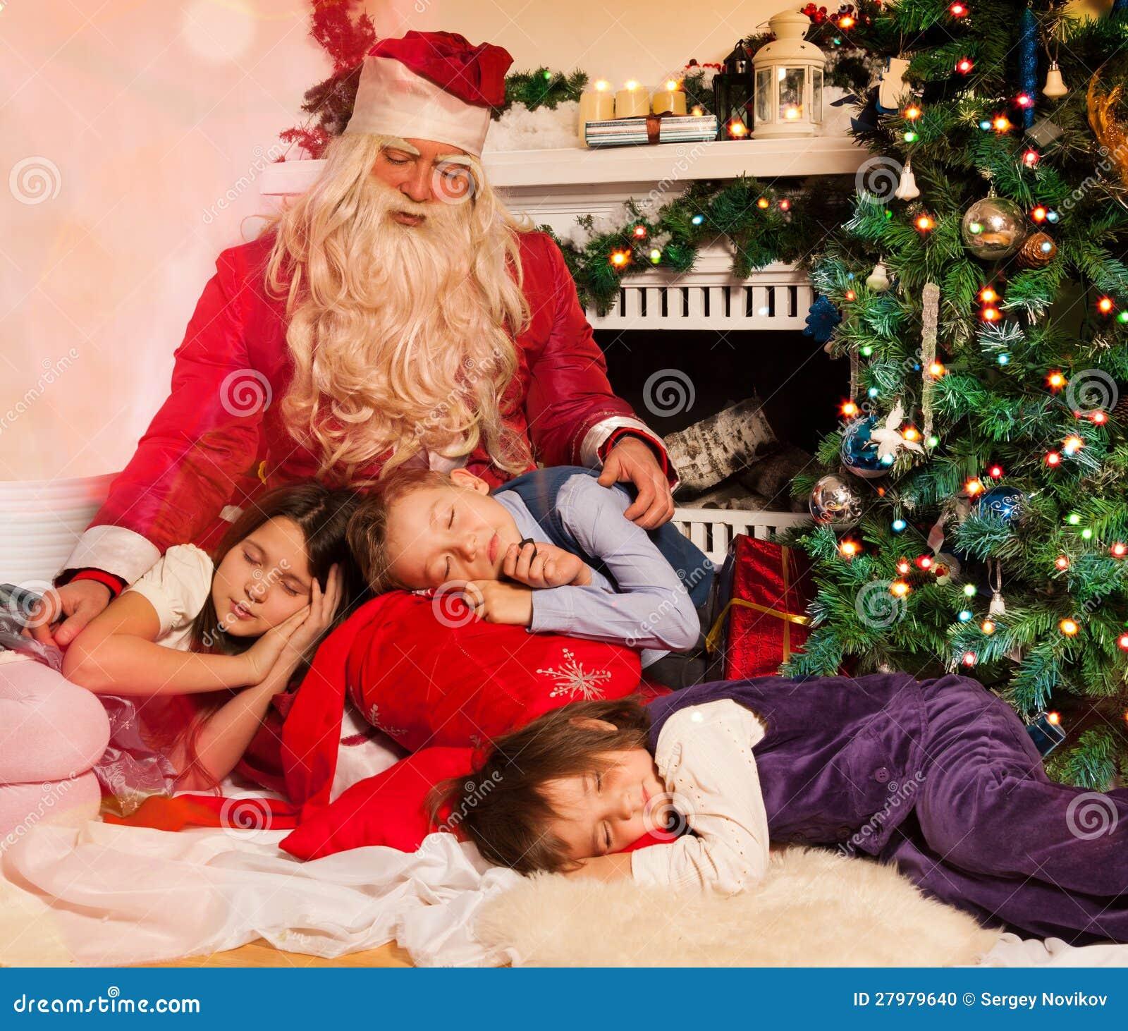 Weihnachtsmann und schlafende kinder nahe verzierten baum und kamin
