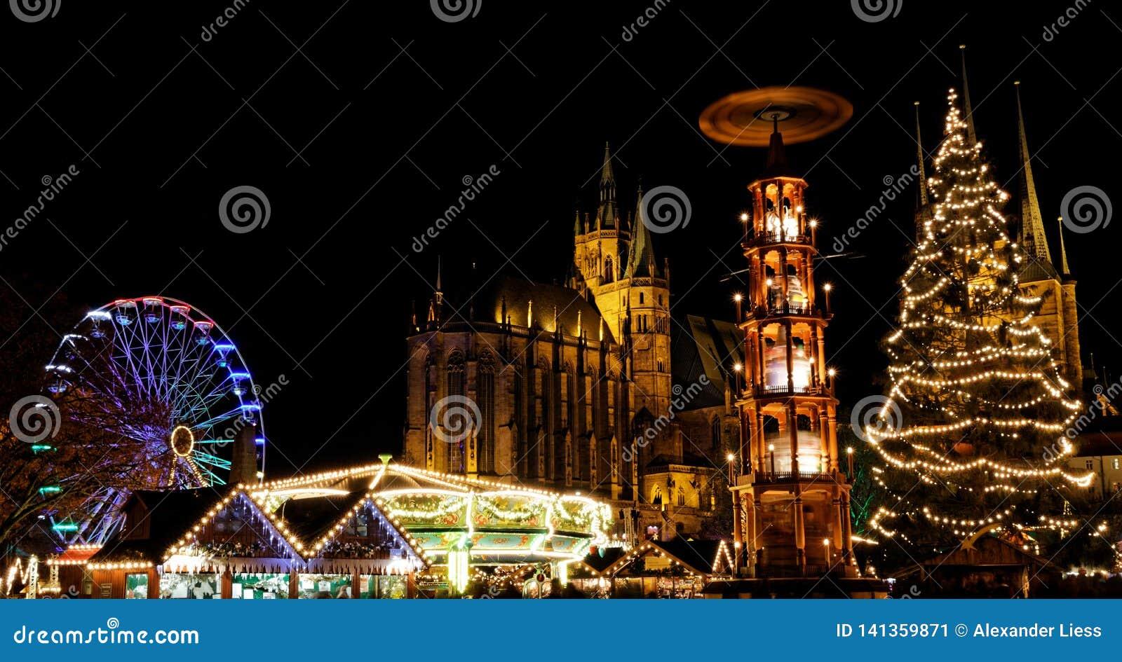 Weihnachtsmarkt in Erfurt mit Ansicht über Weihnachtsbaum und pyramide zur Kathedrale