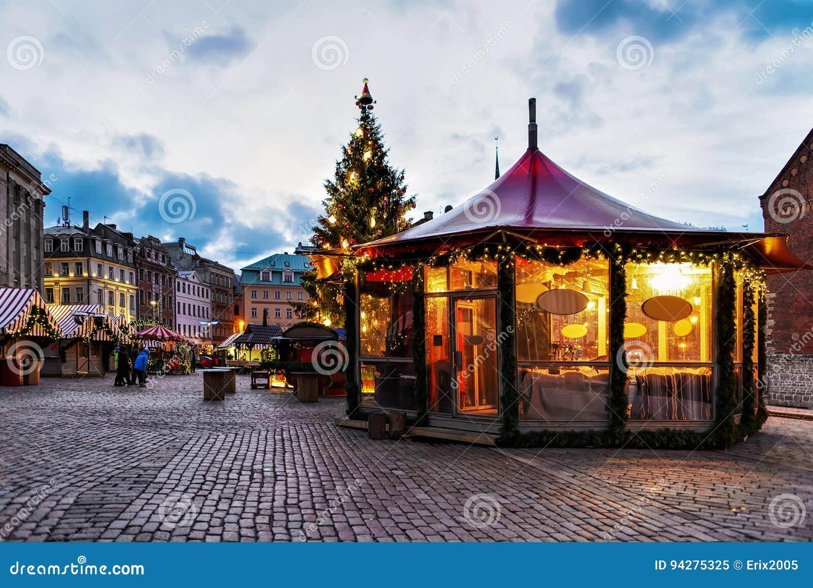 Weihnachtsmarkt Anfang.Weihnachtspavillon Am Weihnachtsmarkt In Riga Redaktionelles Bild